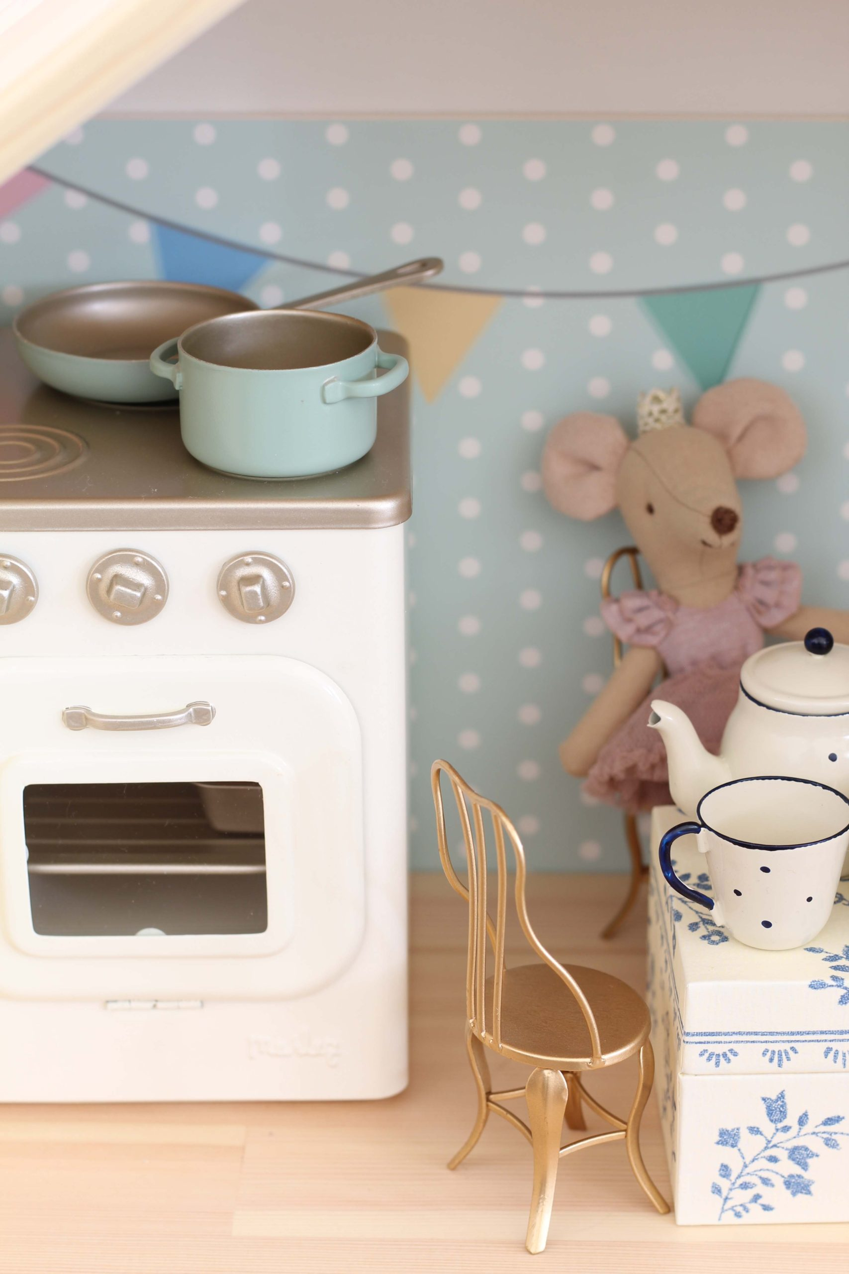 maileg mouse oven and pots and pans